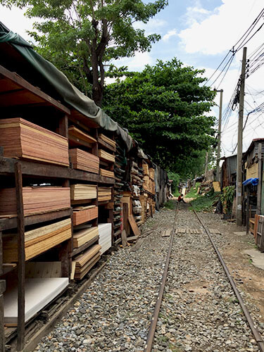 Khlong Toey, living with railroad lines